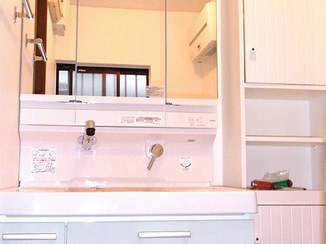 洗面リフォーム 扉カラーがさわやかな仕上がりの洗面台