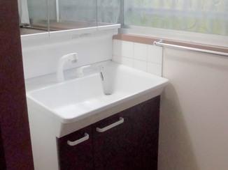 洗面リフォーム 明るい空間と収納力がアップした洗面台