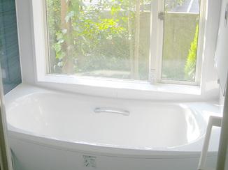 バスルームリフォーム 大きいながら断熱機能もある窓つきバスルーム