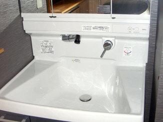 洗面リフォーム 収納力を上げた洗面化粧台と落ち着いた雰囲気のクロス