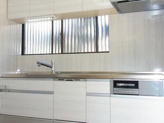 キッチンリフォーム 白を基調にした清潔感たっぷりの明るいキッチン