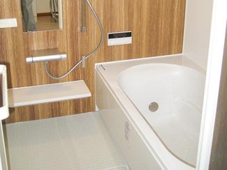バスルームリフォーム 木目パネルが心安らぐ掃除のしやすい浴室