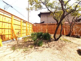 エクステリアリフォーム 子どもも安全に楽しく遊べる、明るいカラーの丈夫な外塀